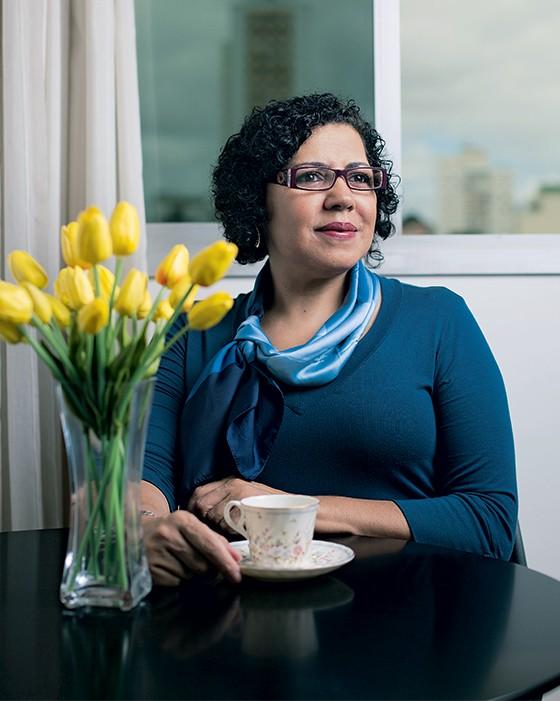 OUTRO MUNDO A pedagoga Elisabete Oliveira em  sua casa. Ela passou quatro anos estudando os assexuais (Foto: Camila Fontana/ÉPOCA)