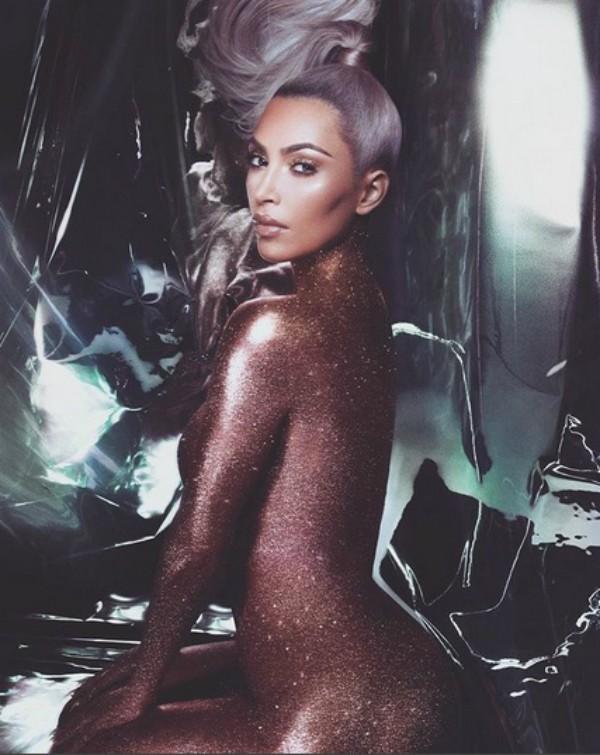 Novo clique de Kim Kardashian com glitter (Foto: Reprodução Instagram)