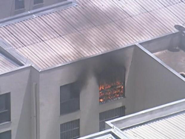 Apartamento de prédio que passa por reintegração de posse pega fogo (Foto: Reprodução TV Globo)
