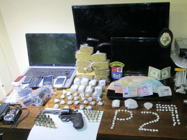 Polícia apreendeu crack, maconha, arma, munições e aparelhos eletrônicos de origem desconhecida (Foto: Divulgação/BPM)