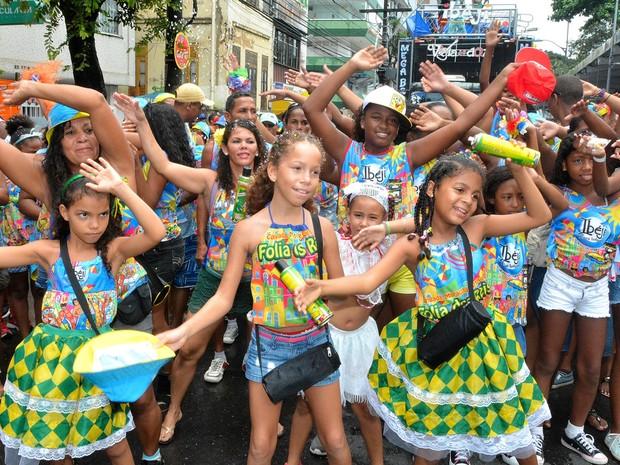 Com as mãos para o alto, crianças curtem na passagem do bloco Ibeji pelo circuito Osmar no carnaval de Salvador (Foto: Marcos Costa/Ag. Haack)