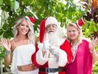 Karina Bacchi posta foto com Papai Noel e exibe barriga sarada