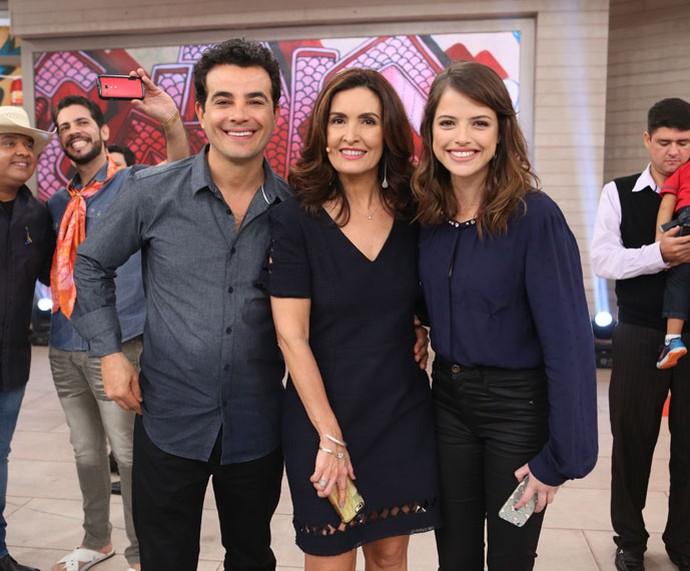 Os atores Anderson Di Rizzi e Agatha Moreira com a apresentadora nos bastidores  (Foto: Fabiano Battaglin/Gshow)