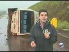 Micro-ônibus tomba em rodovia e 12 passageiros ficam feridos em Serrana