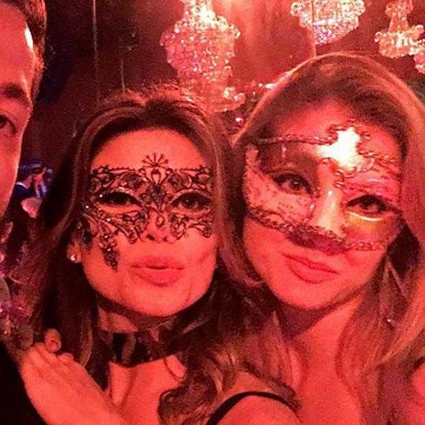 Paula Fernandes curte baile de máscaras com a prima Aline (Foto: Instagram/ Reprodução)