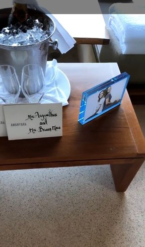 Bruna Marquezine e Tatá Werneck são recebidas com champanhe e porta-retrato em hotel de luxo em Turks and Caicos (Foto: Reprodução/Instagram)