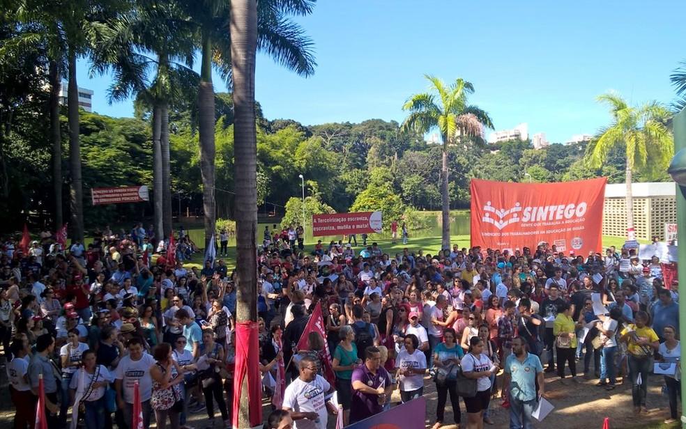 Grupo protesta em frente à Assembleia Legislativa de Goiás, em Goiânia (Foto: Reprodução/TV Anhanguera)