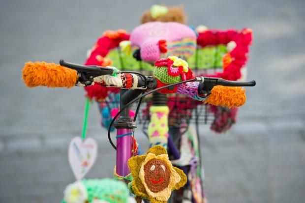 Iniciativa faz parte de um projeto de rua conhecido como 'tricô urbano'. (Foto: David Ebener/AFP)