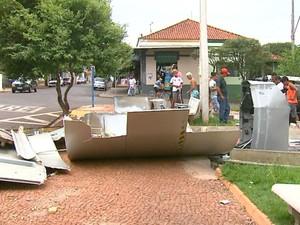 Quiosque de caixa eletrônico ficou destruído na Praça Central de Gavião Peixoto (Foto: Felipe Lazzarotto/ EPTV)