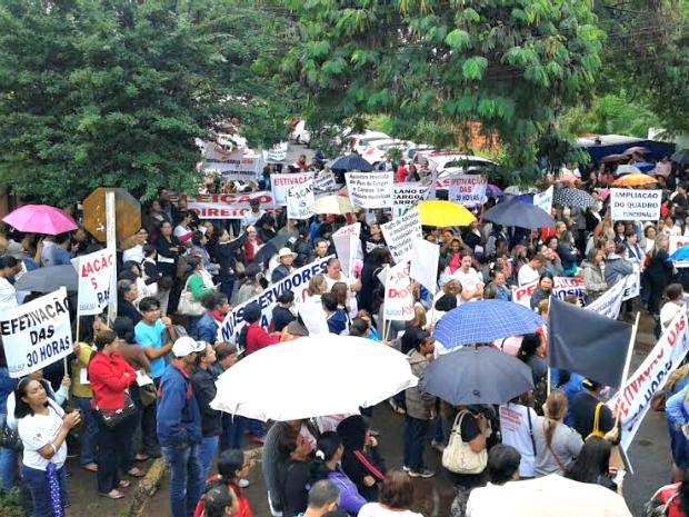 Ao menos 1,5 mil servidores da educação aderiram ao movimento (Foto: Marcos Tabosa / Sisem)