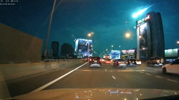Um meteoro foi visto cruzando o céu da capital tailandesa, Bangcoc, na noite de segunda-feira (2) (Foto: BBC)