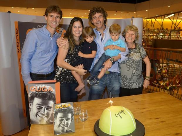 Gustavo Kuerten com a mulher, Mariana Soncini, e com os filhos, Maria Augusta e Luis Felipe, em lançamento de livro em São Paulo (Foto: Francisco Cepeda/ Ag. News)