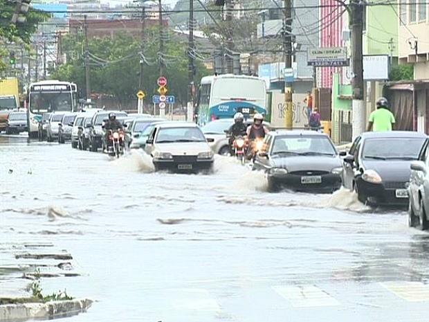 Após forte chuva, ruas de Vila Velha continuam alagadas (Foto: Reprodução/TV Gazeta)
