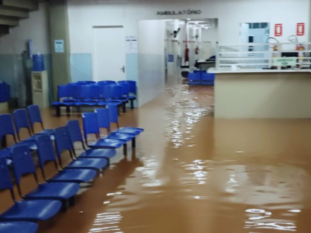 Posto de saúde e até biblioteca ficaram alagadas em Itatiba (Foto: Arquivo Pessoal)