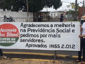 Grupos de manifestantes buscam chamar atenção de Dilma Rousseff usando faixas em Teresina (Foto: Marco Freitas/G1)