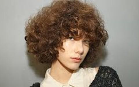 A volta dos permanentes: Herchcovitch aposta nos cabelos armados