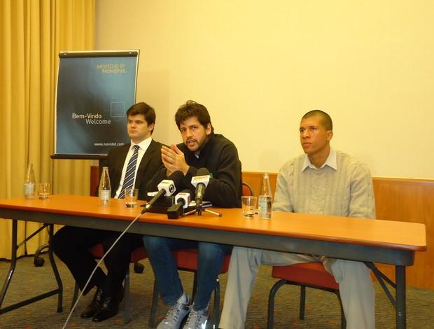 Entre o advogado Felipe Orsolin (à esq) e o diretor-executivo Douglas Viegas, Guilherme Giovannoni apresentou a AAPB (Foto:  Divulgação/ASE)