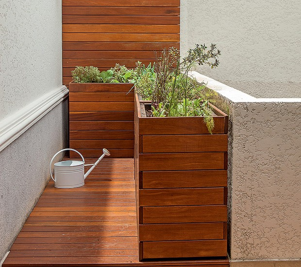 """Um cantinho do terraço virou horta no projeto do escritório Mera Arquitetura Paisagística. """"Projetamos uma caixa elevada em L para facilitar o manuseio"""", explica Beatriz Mera (Foto: Edu Castello/Casa e Jardim)"""