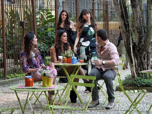 Giselle pega Murilo no flagra (Foto: Em Família/ TV Globo)