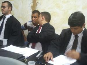 O ex-policial militar conversa com o advogado durante julgamento (Foto: Roberta Cólen/G1)