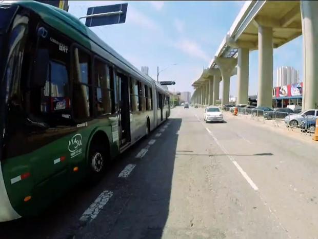 Ônibus passa ao lado de esqueleto da Linha Prata do monotrilho (Foto: TV Globo/Reprodução)