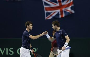 Ao lado do irmão, Murray recoloca Grã-Bretanha à frente sobre Japão
