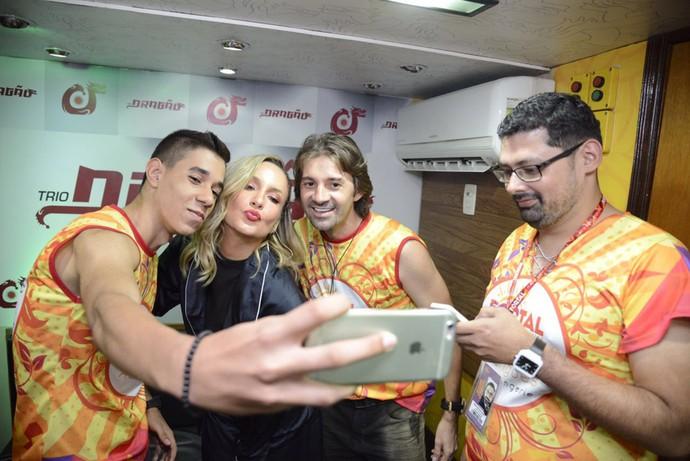Claudia Leitte recebendo carinho dos fãs. (Foto: Davi Magalhães / Fortal )