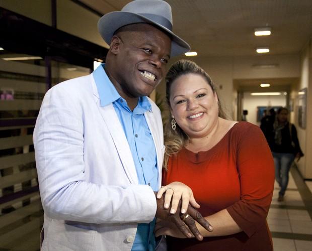 Dom Paulinho Lima e a noiva mostram aliança (Foto: Fabiano Battaglin/TV Globo)