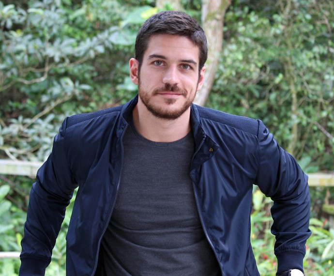 Marco Pigossi posa nos bastidores do Mais Você (Foto: Brunella Menezes/Gshow)