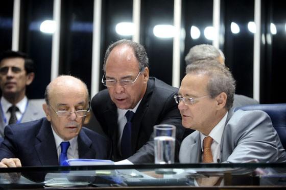 Senador José Serra, autor do PL, ao lado do senador Fernando Bezerra Coelho (PSB-PE) e do presidente do Senado, Renan Calheiros (PMDB-AL) (Foto: Marcos Oliveira/Agência Senado)