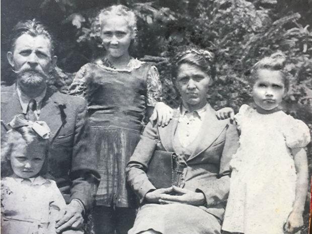 Foto da família na véspera de viagem ao Brasil; Luba, Michail, Ludmila, Anna e Raissa (Foto: Arquivo pessoal)