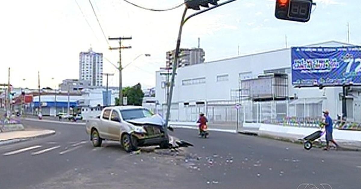 Motorista sai ileso após bater em poste em avenida de Araguaína - Globo.com
