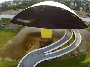 O Museu Oscar Niemeyer, ou 'Museu do Olho', é atração pela arquitetura e pelas exposições (Foto: Rubens Vandresen / RPC TV)