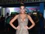 Mari Gonzalez usa vestido decotado e curtinho em noite de samba