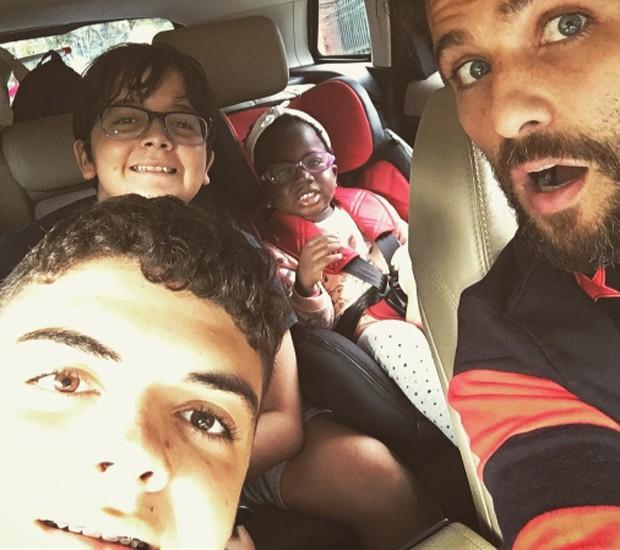 Bruno Gagliasso brinca ao dizer ue passou feriado no bloco Unidos da Serra Criançada Clube (Foto: Reprodução/Instagram)