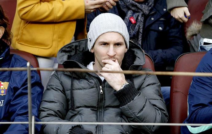 Messi assistindo a partida do Barcelona (Foto: EFE)