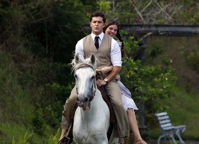 Klebber Toledo e Camila Queiroz andam a cavalo em 'Êta mundo bom' (Foto: Ellen Soares/Gshow)