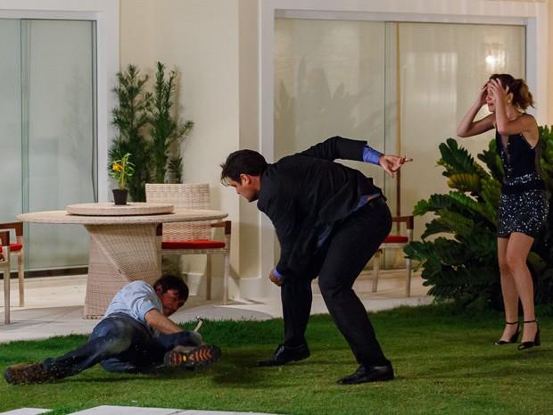 Caíque cai no chão depois de levar surra de Marcos e Laura entra em pânico (Foto: Artur Meninea/ Gshow)