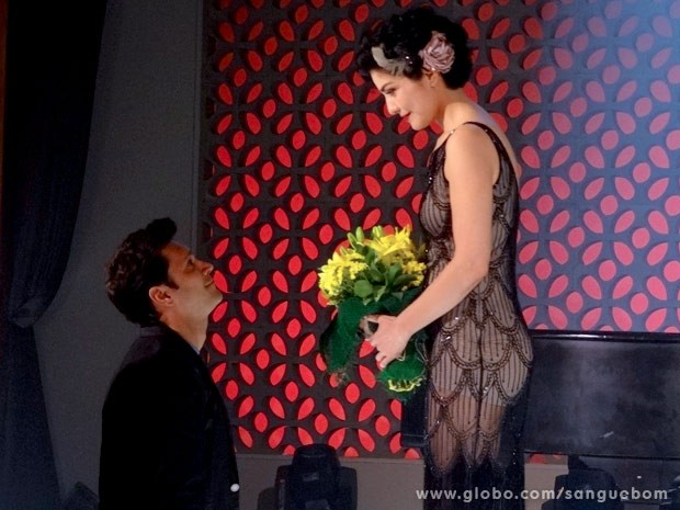 Para fechar a performance com chave de ouro, flores de Érico (Foto: Sangue Bom/TV Globo)