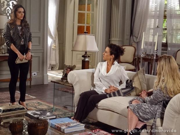 Leila fica tensa com conversa (Foto: Amor à Vida / TV Globo)