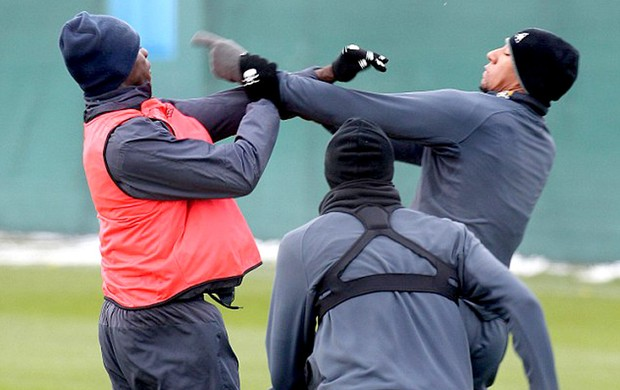 balotelli e boateng brigam no treino do manchester city (Foto: Eamonn & James Clarke / Mail Online)