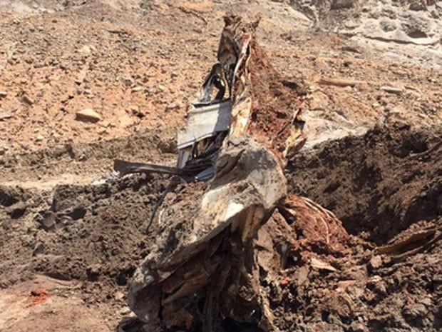 Cabine retorcida onde corpo de vítima do rompimento da barragem de Fundão foi localizado.  (Foto: Corpo de Bombeiros/ Divulgação )