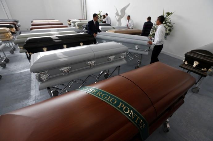 Funerária arruma caixões para as vítimas da tragédia com a Chapecoense em Medellín (Foto: Reuters)