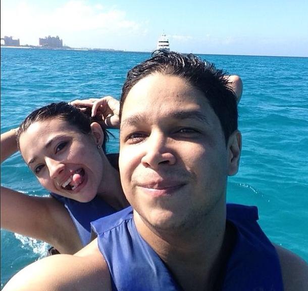 Carolina e o namorado em Bahamas (Foto: Reprodução)