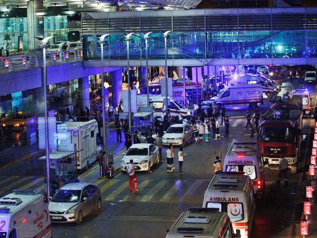 Médicos e equipes de resgata trabalham no atendimento às vítimas das explosões no terminal internacional do aeroporto de Ataturk em Istambul, na Turquia (Foto: Emrah Gurel/AP)