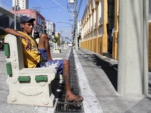 Bancos de frente para a parede chamam a atenção em São José, SP (Foto: Carlos Santos/ G1)