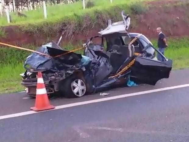 Motorista de carro morreu após colidir na traseira de carreta na Rodovia Ronan Rocha, em Franca, SP (Foto: Reprodução/EPTV)