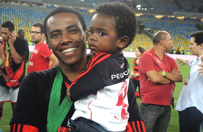 Elias com seu filho (Foto: Cahê Mota)