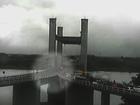 Vídeo mostra momento em que carro cai em vão da Ponte do Guaíba