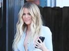 Khloe Kardashian aposta em decote e dispensa sutiã